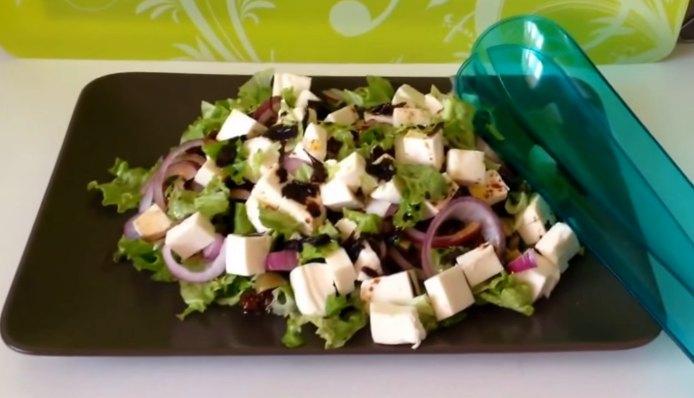 Отличный салат с вялеными помидорами - рецепт с фото
