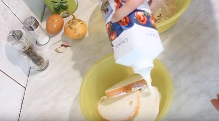 смачиваем хлеб