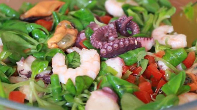 как приготовить салат с морским коктелем