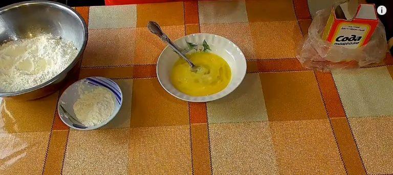 смешиваем яйца с сахаром