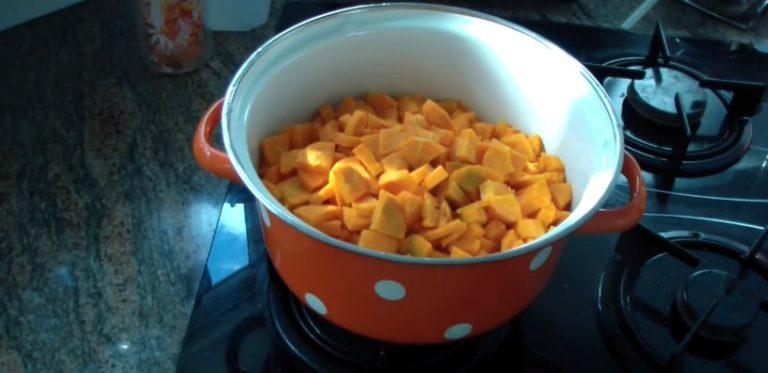 высыпаем морковь в каструлю