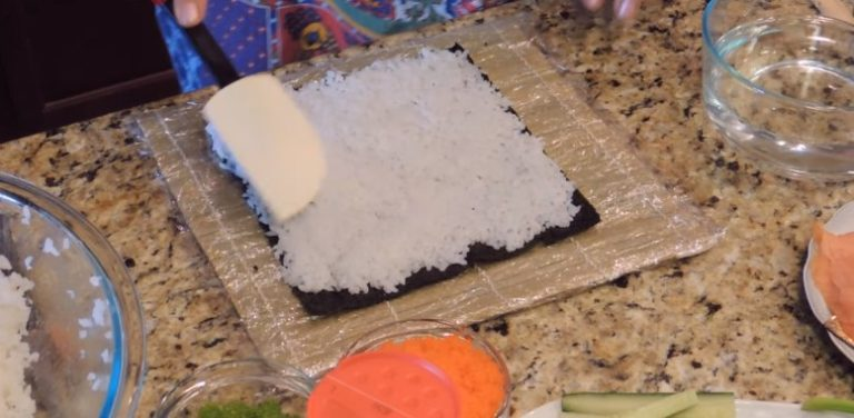 расмазываем рис по поверхности