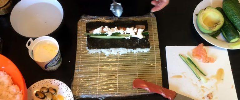 выкладываем авокадо и лосось