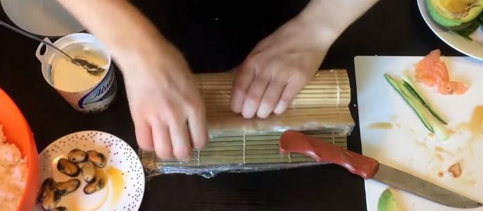 сворачиваем в рулетик суши