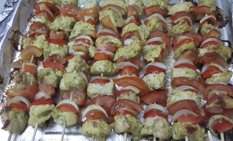 Шашлычки из курицы в духовке на шпажках с овощами: рецепт с фото