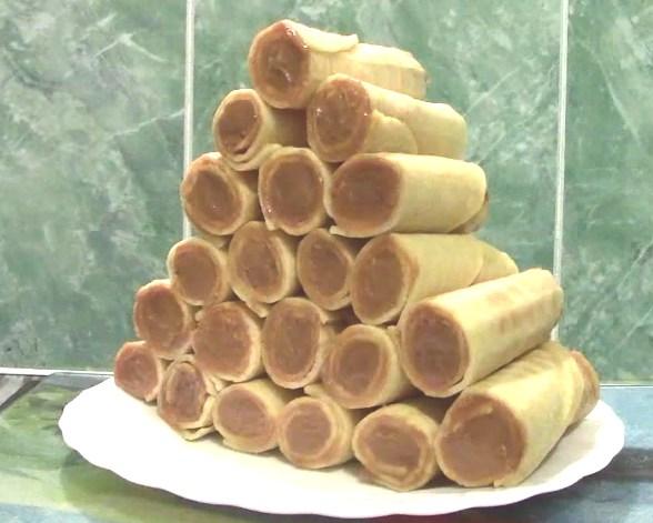 Сладкие трубочки со сгущенкой : простой рецепт в вафельнице