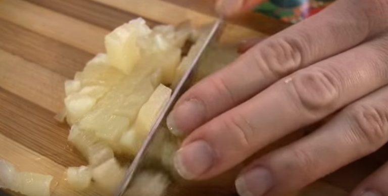 режем ананасы
