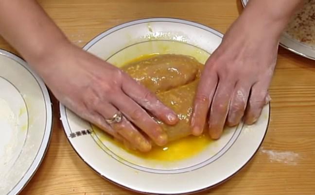 обмочиваем котлеты в яйце