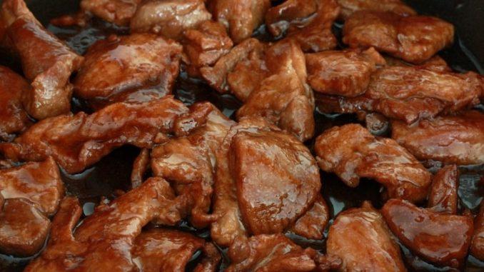 свинина на сковороде с грибами