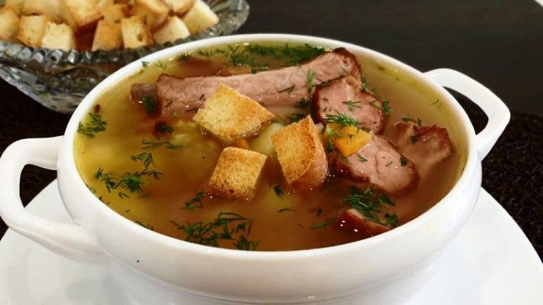 Гороховый суп с копчеными ребрышками - отличное блюдо для семейного обеда