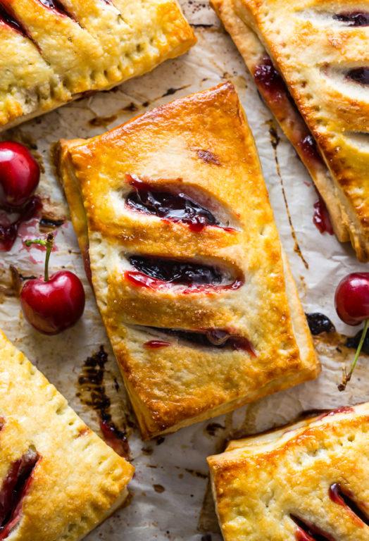 Самый ленивый и быстрый рецепт пирожков с вишней на слоеном тесте