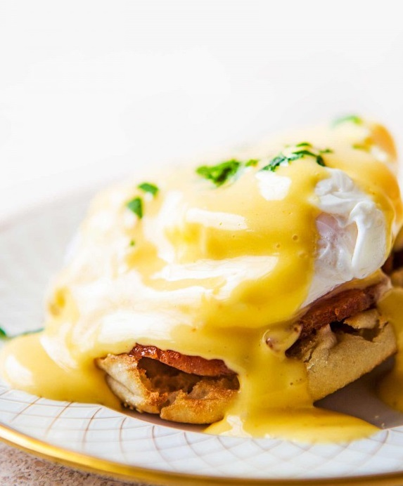 Как сделать яйца Бенедикт – простой и быстрый рецепт на завтрак.