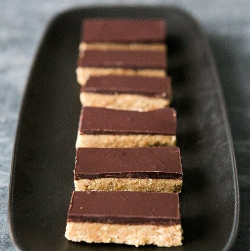Шоколадные батончики с арахисовым маслом – рецепт без выпечки