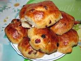 Ароматные булочки с изюмом на завтрак – простой рецепт с фото