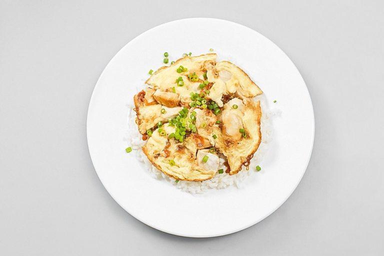 Оякодон - японский омлет с рисом и курицей