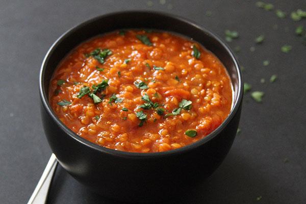 Чечевичный суп – оригинальное первое блюдо с сухариками для всей семьи