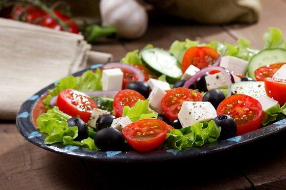 Греческий салат – легкий классический вариант, который понравится каждому