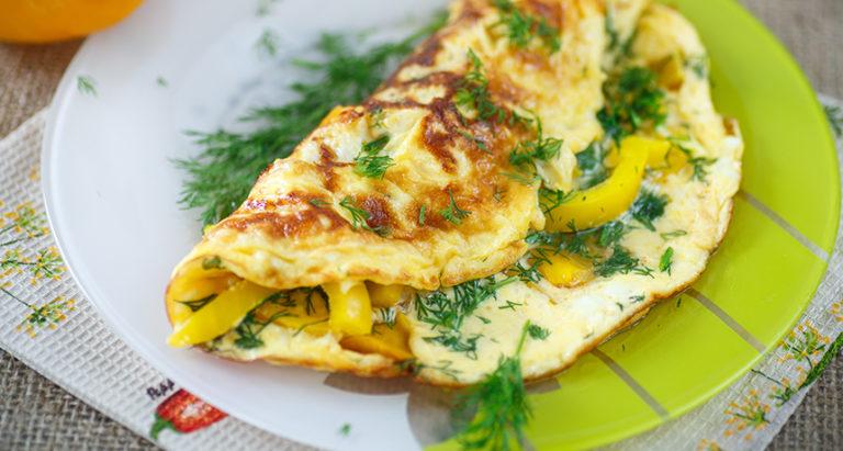 Рецепт омлета с молоком и овощами на сковороде: как приготовить полезный завтрак
