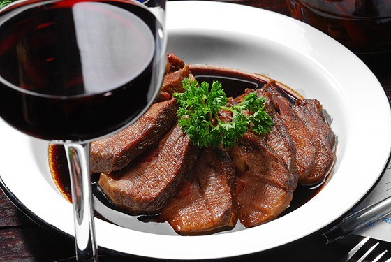 Простой рецепт приготовления вкусной говядины с соусом из красного вина