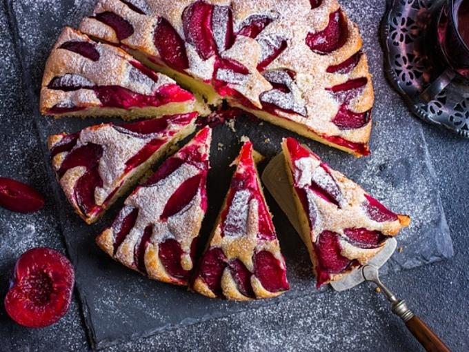 Пирог со сливами – несложный рецепт сочного десерта!