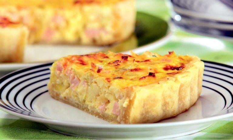 Пирог с колбасой – простенький топ рецепт вкуснейшей закуски с фото