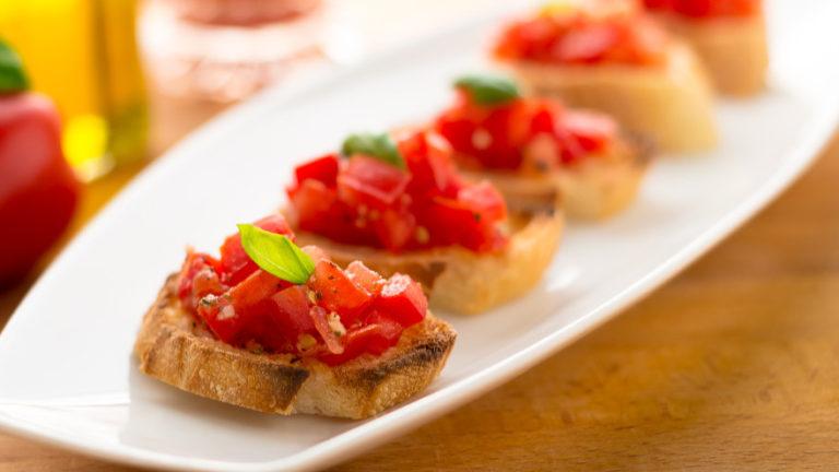 Брускета с помидорами – отличный рецепт на скорую руку