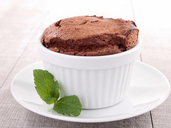 Шоколадное суфле – легкий и невероятно вкусный десерт.