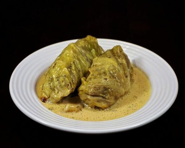 Голубцы в сметанном соусе, простое блюдо на все случаи жизни – от спокойных домашних вечеров до масштабных праздничных застолий