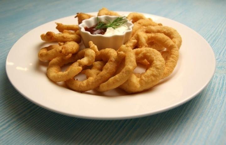 Хрустящие луковые кольца в кляре – рецепт популярной закуски!