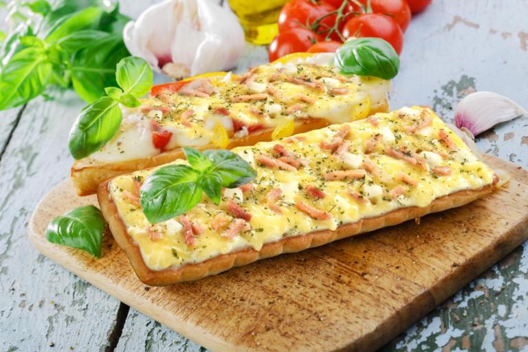 Гавайская пицца на хлебе – простая и быстрая закуска
