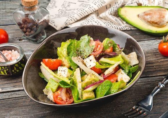 Легкий и сытный салат из авокадо – рецепт для праздничного или повседневного стола!