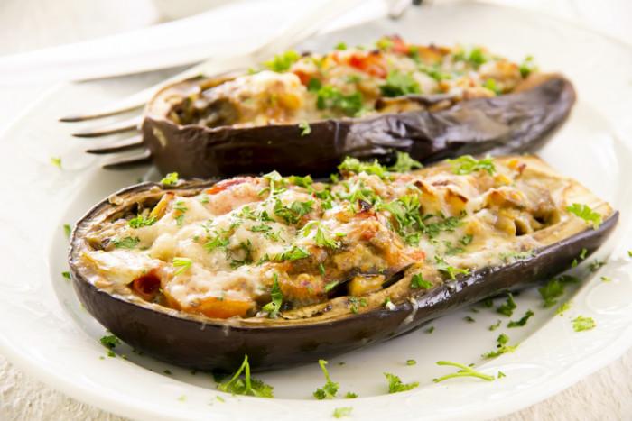 Запеченные баклажаны с сыром и овощами – простой рецепт порционной закуски для всей семьи