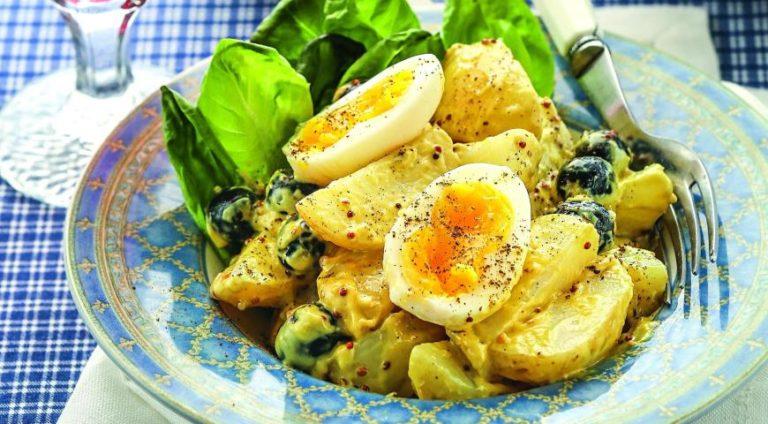 Теплый салат с картофелем и яйцами – идеальное начало семейного ужина