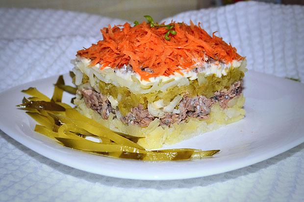 Роскошный рыбный слоеный салат, рецепт с фото