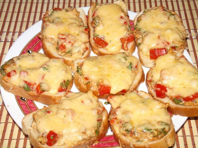 Бутерброды с обжаренной курицей, сыром и овощами – простой и быстрый рецепт закуски на компанию