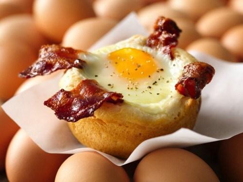 Яйца всмятку, обжаренные во фритюре, с салатом и беконом – рецепт вкусного завтрака