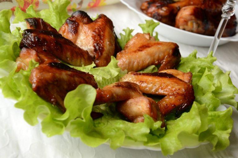 Пряная закуска для компании – куриные крылышки в имбирно-медовой глазури