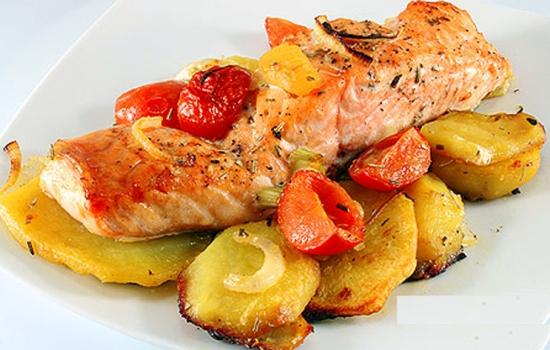 Нежная и сочная горбуша с картофелем в духовке: рецепт с фото