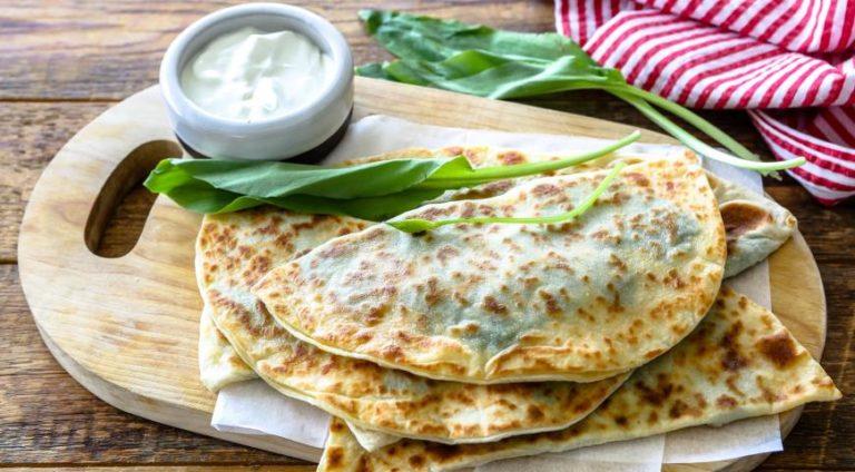 Лепешки с зеленью – вкусная и ароматная альтернатива хлеба! Простая инструкция приготовления в домашних условиях