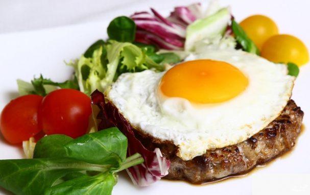Бифштекс с яйцом – легкий пошаговый рецепт для гурмана