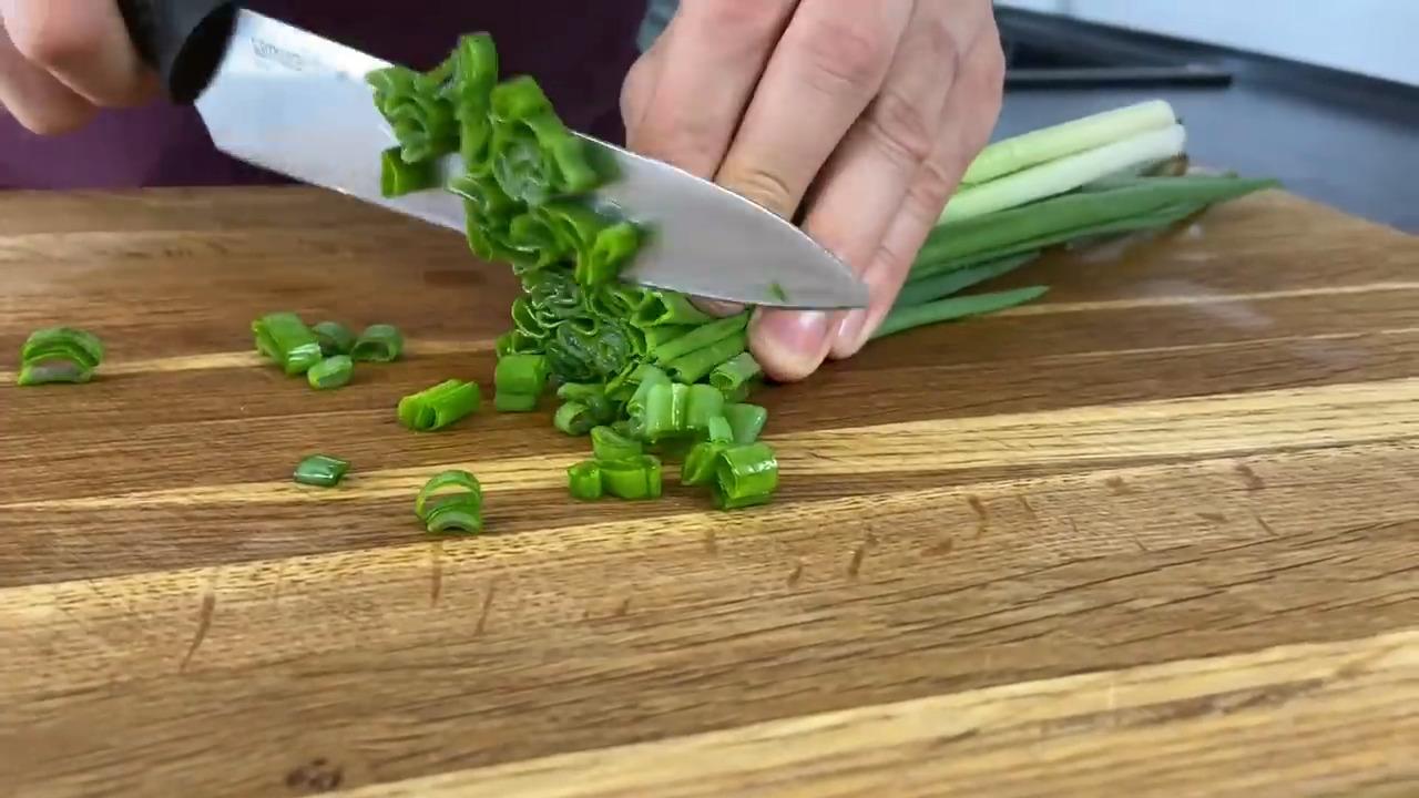 Салат с красной фасолью и сухариками